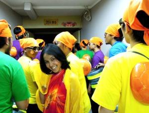 Wahyu Astuti, HRD Manager Sonora Jakarta, diantara Pria-pria bergigi kuning. Ups, berbaju kuning maksudnya..